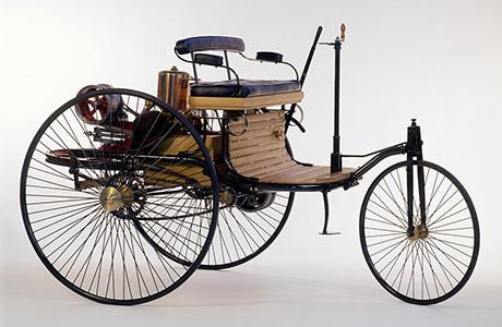 Der Ingenieur Carl Benz stellt dan ersten benzinbetriebenen Motorwagen vor