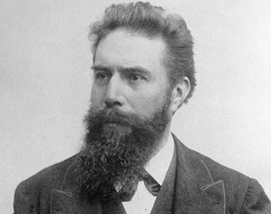 Wilhelm Conrad Röntgen erhält den Nobelpreis für Physik für die Entdeckung der nach im benannten Strahlen