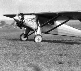 Charles Lindbergh überfliegt in rund 33 Stunden als erster Mmensch den Atlantik